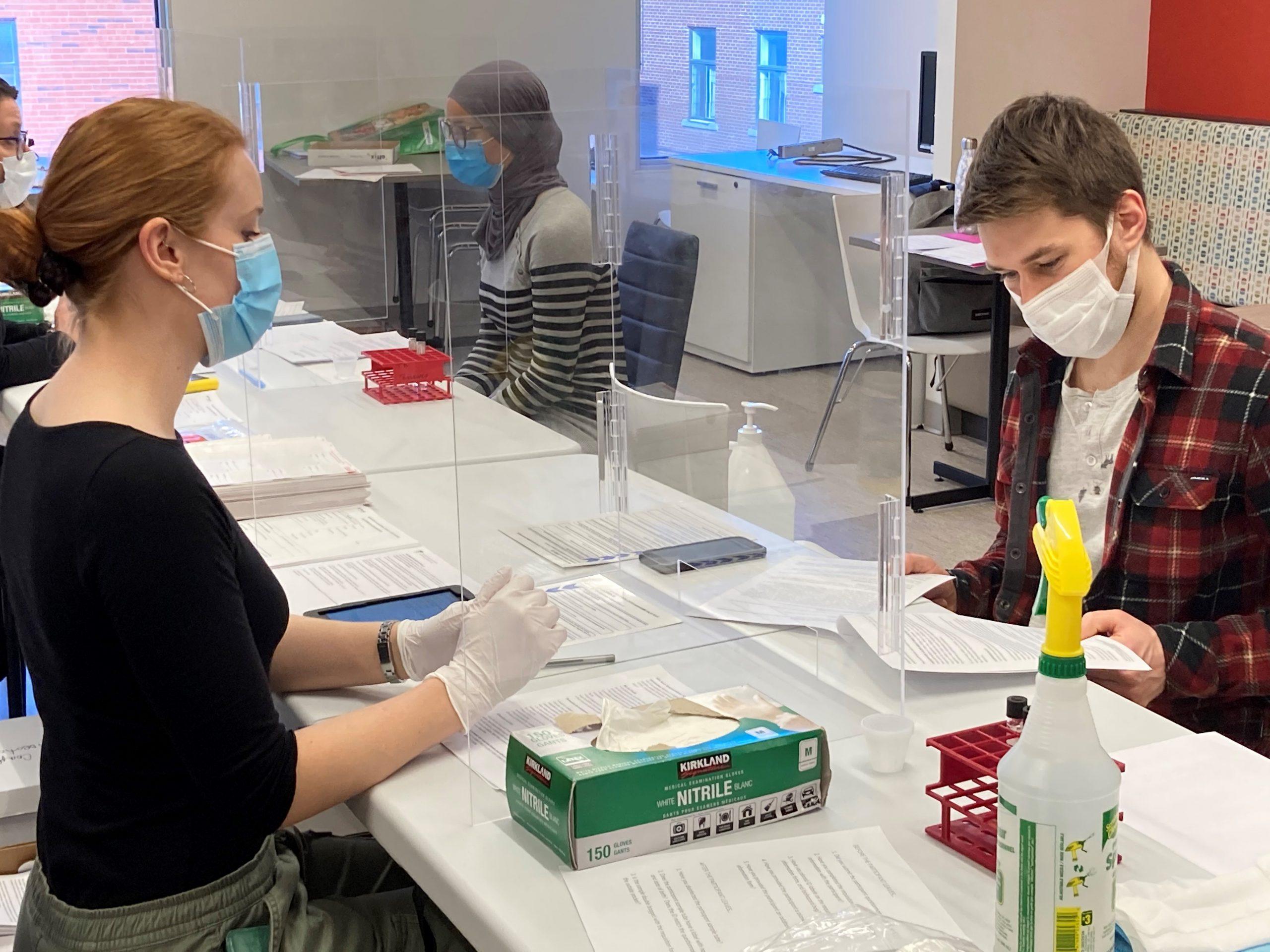 COVID-19 : Des tests de dépistage par la salive déployés dans les entreprises essentielles de Montréal-Nord